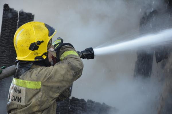 В Саратове загорелось здание станции техобслуживания