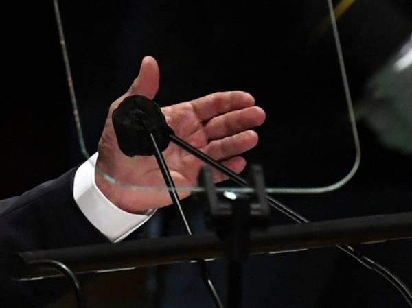 Байдена на Генассамблее ООН защитили презервативом на микрофоне