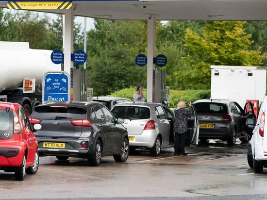 Британию охватил хаос из-за нехватки бензина: километровые очереди, драки