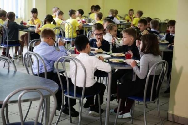 Меньше соли и печенья. Как правильно кормить детей в школах?