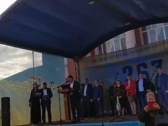 Мэр украинского города не смог прочитать поздравление на государственном языке
