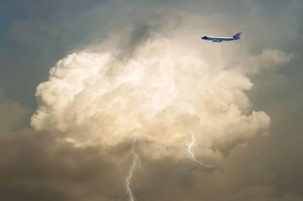 Молния ударила в самолет, летевший из Екатеринбурга в Сочи