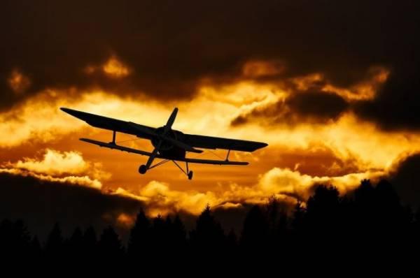 В Калифорнии самолёт рухнул на жилые дома